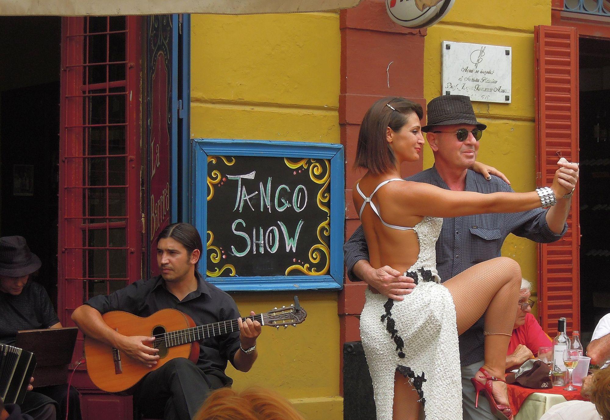 Argentina (La Boca)-Tango show by Güldem Üstün, licensed under CC BY 2.0.